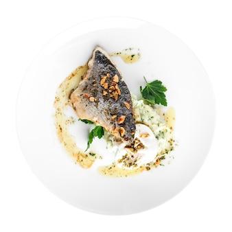 Изолированная тарелка изысканного рыбного филе на гриле