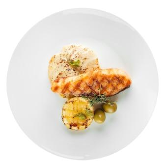 Изолированная тарелка изысканного филе лосося на гриле