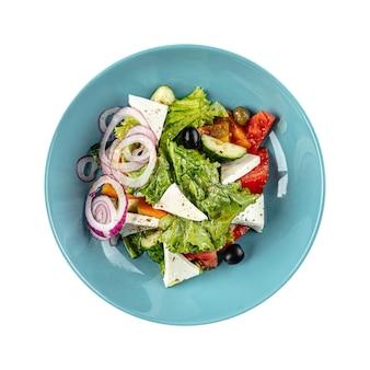 Изолированная тарелка греческого салата со свежими овощами