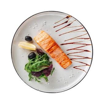 Изолированная тарелка жареного филе лосося