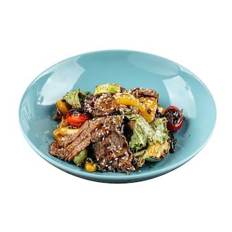 Изолированная тарелка жареного мяса телятины и овощей
