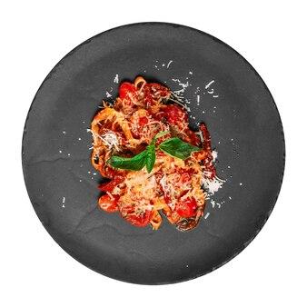 Изолированная тарелка итальянских спагетти arrabbiata