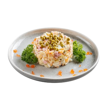 Изолированная тарелка русского праздничного салата оливье