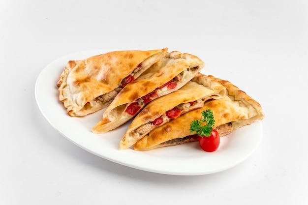 슬라이스 칼 조네 접힌 피자의 절연 된 접시
