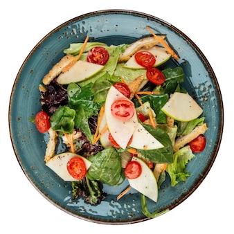 Изолированная тарелка летнего салата с грушами