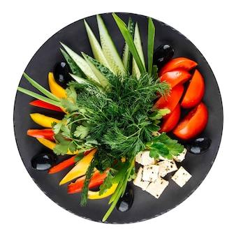 Изолированная тарелка с овощами, кавказское ассорти