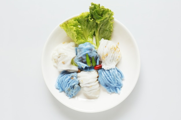 分離された豚肉の蒸し米小包アジアのタイのデザートフード木製テーブルの上
