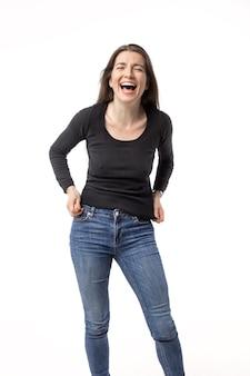幸せで笑っている若いブルネットの女性の孤立した肖像画 Premium写真
