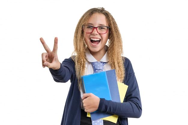 勝利のサインを示す女子高生の分離の肖像
