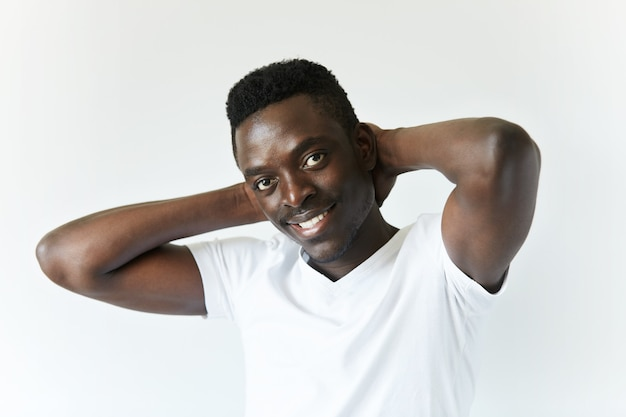 Изолированные портрет молодого афро-американского мужчины
