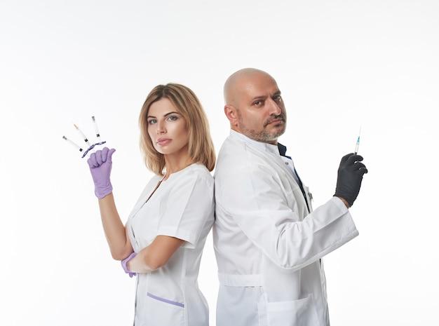 Изолированные портрет на белом фоне двух врачей