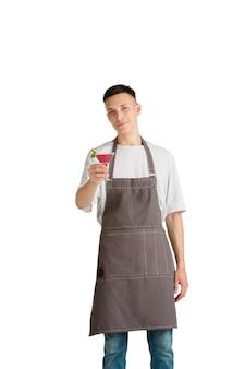 Ritratto isolato di un giovane maschio caucasico barista o barista in grembiule marrone sorridente