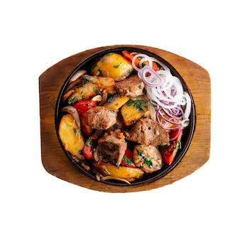 Изолированные жареное мясо и картофель