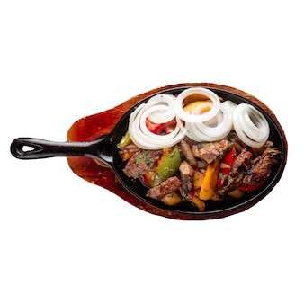 Изолированные жареное мясо и овощи