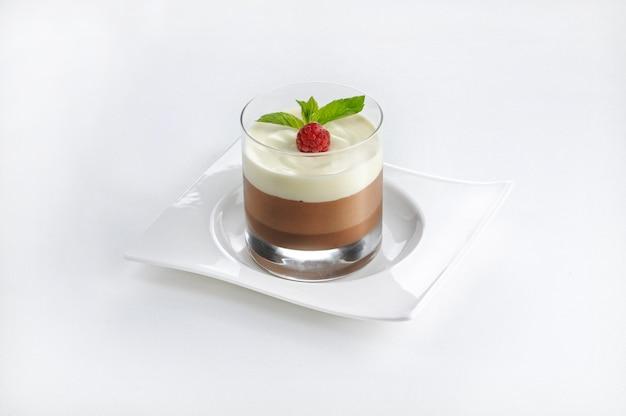 Colpo isolato di un dessert al cioccolato in un bicchiere