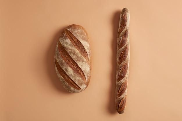 빵 덩어리와 누룩을 기반으로하는 유기농 밀가루로 만든 바게트의 고립 된 쐈 어. 전통적인 프랑스 빵집. 평면도. 글루텐이없는 신선한 홈 메이드 베이커리 제품. 다양한 종류, 다양한 음식