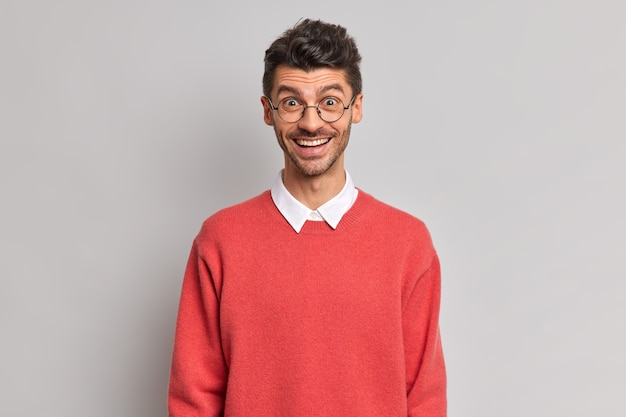 기꺼이 행복하게 다름 미소를 가진 쾌활한 유럽 남자의 고립 된 샷