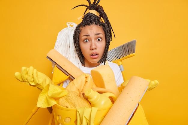 Изолированный снимок нерешительной афро-американской женщины, разводящей ладони, выглядит шокированным