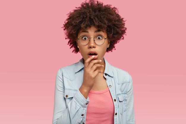 かなり黒人女性の孤立したショットは巻き毛の髪型を持っています