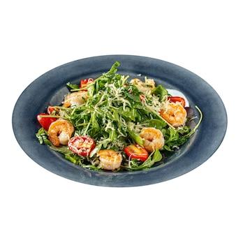 Изолированные салат из креветок и рукколы с помидорами