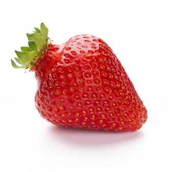 孤立したイチゴ。白い表面に分離された単一のイチゴ果実、クリッピングパス-画像