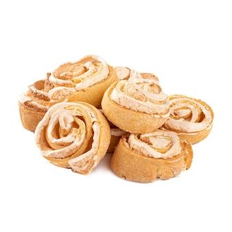 白い表面に孤立した渦巻くメレンゲクッキー