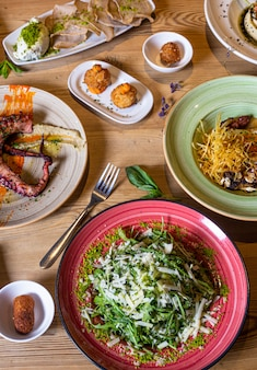 さまざまな魚や肉の食事の分離された垂直方向の画像。さまざまな料理のビュッフェの上面図。ビュッフェ、宴会、前菜、レストランメニューのコンセプト。