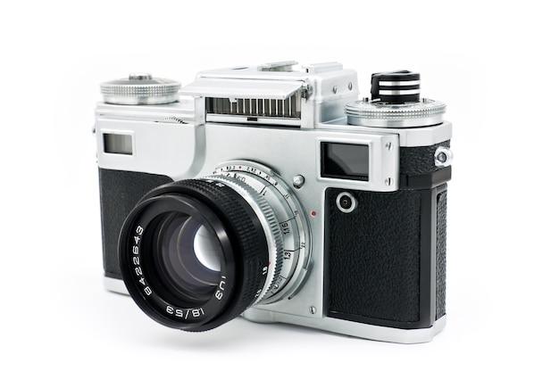 白い背景の上の孤立したヴィンテージクラシック手動フィルムカメラ。