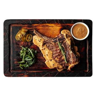 Изолированная деревянная доска с жареным стейком из говядины