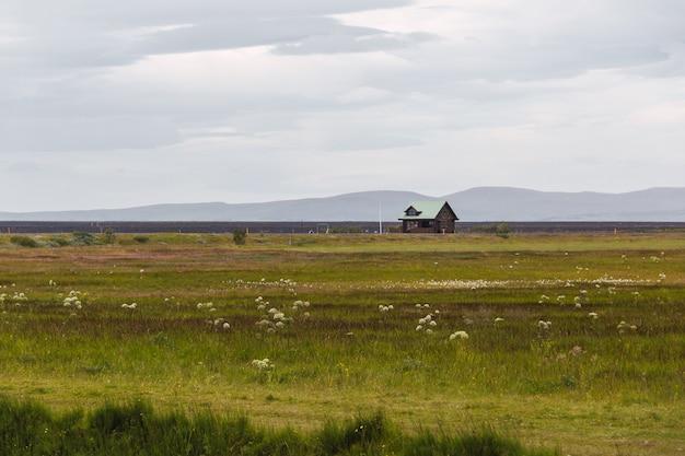 아이슬란드에있는 캠프장의 고립 된 목조 건축