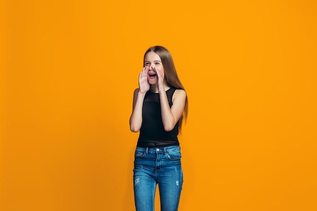 Isolato sul giovane gridare teenager casuale giallo della ragazza