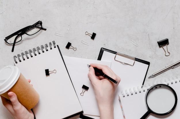 ホームコンセプトflatlayからの分離と仕事。鉛筆、メモ帳、定規はさみ、ペーパークリップ。学校概念に戻るトップ水平ビューcopyspace