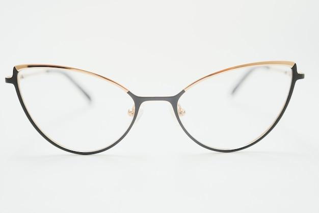 Изоляционные очки на белом фоне. черно-белые комбинированные овальные оправы для очков. овальная оправа для очков на фото сверху на белом фоне