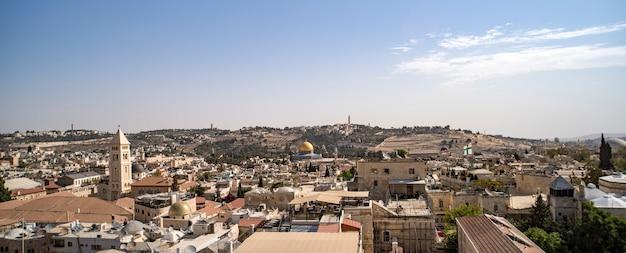 イスラエルの風景のアトラクション。旧市街と新市街のエルサレムビュー。ダビデの塔の上からの眺め。古代の建物、キリスト教、ユダヤ教、アルメニアの地区。キリスト教の寺院。
