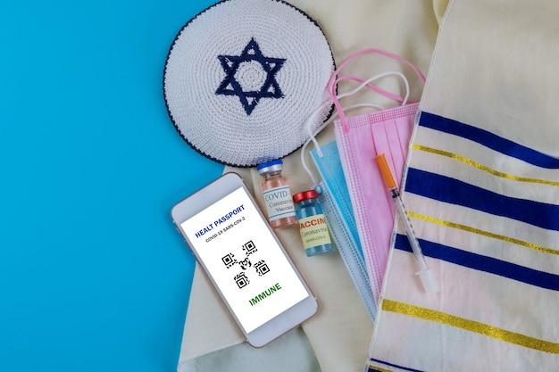 Свидетельство о вакцинации в израиле с флаконом с вакциной covid-19, документ о вакцинации из шприца