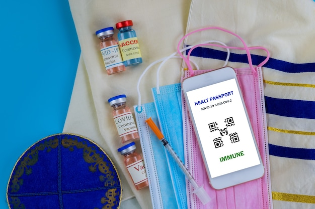 Свидетельство о вакцинации в израиле с флаконом с вакциной covid19 Premium Фотографии