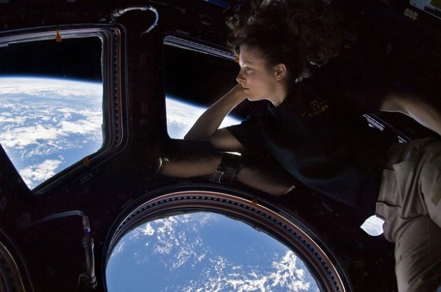 国際宇宙ステーションissの宇宙飛行士キューポラ