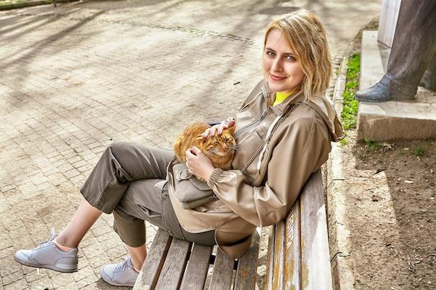 Стамбулские бродячие кошки пользуются вниманием и любовью туристов.