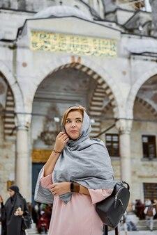 터키 이스탄불 - 2019년 10월 10일. 터키 이스탄불 블루 모스크 근처 머리 스카프를 두른 젊은 여성 여행자