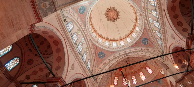 Стамбул, турция - 17.12.2020: интерьер мечети беязит в стамбуле. рамадан и ифтар фоновое фото. мечети стамбула. османская архитектура. рамадан и кандил фон.