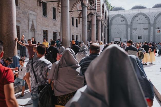 이스탄불 터키 - 2019년 8월: 블루 모스크, 터키 탐험, 이스탄불 방문 개념.
