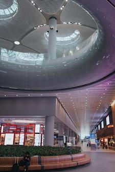 Стамбул, турция - август 2019: новый аэропорт стамбула. интерьер нового терминала аэропорта в стамбуле.
