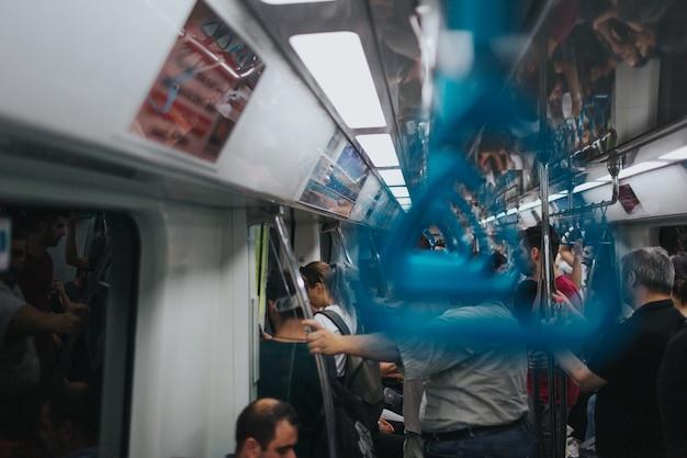 イスタンブールトルコ-2019年8月:地下鉄手すりメトロのクローズアップ。