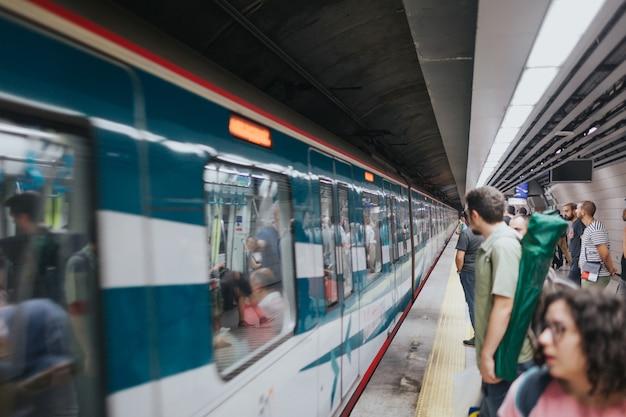 イスタンブールトルコ-2019年8月:地下鉄メトロ。