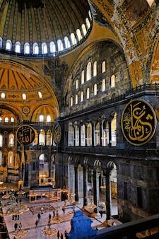 터키 이스탄불 - 2020년 3월 6일: 아야 소피아(아야소피아) 박물관 내부. 놀라운 지역과 이것은 세계의 위대한 건물 중 하나이자 인기 있는 관광 명소입니다.
