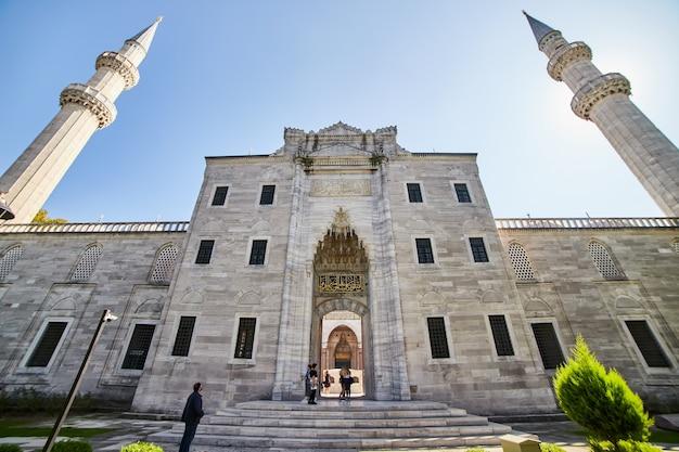 이스탄불/터키 - 2019년 10월 10일: 터키 이스탄불에 있는 오래된 위대한 술레이마니예 모스크의 안뜰 입구는 이 도시의 유명한 랜드마크입니다. 장엄한 이슬람 오스만 건축물.