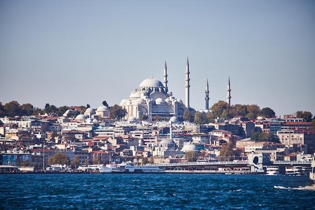 이스탄불 / 터키 - 2019년 10월 10일: 터키 이스탄불에 있는 오래된 위대한 술레이마니예 모스크는 이 도시의 유명한 랜드마크입니다. 장엄한 이슬람 오스만 건축물.