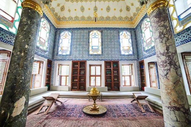 イスタンブール、トルコ-2019年10月11日:イスタンブールのトプカピ宮殿のアフメットiiiの内部ビュー。 topkapiは、トルコで最も人気のある観光名所です。