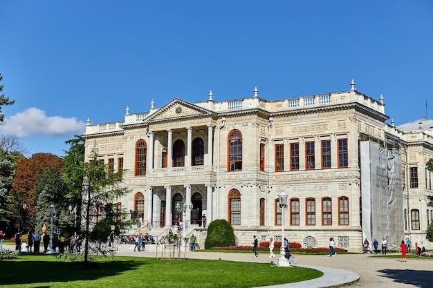 Стамбул, турция - 12 октября 2019 г .: дворец долмабахче в стамбуле. это самый большой дворец в турции и один из самых гламурных дворцов в мире.