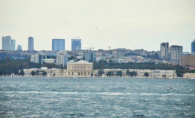 Стамбул, турция - 12 октября 2019 г .: дворец долмабахче, вид с пролива босфор, стамбул, турция